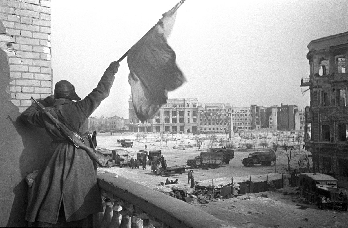 Rdeča zastava nad Trgom padlih borcev v Stalingradu