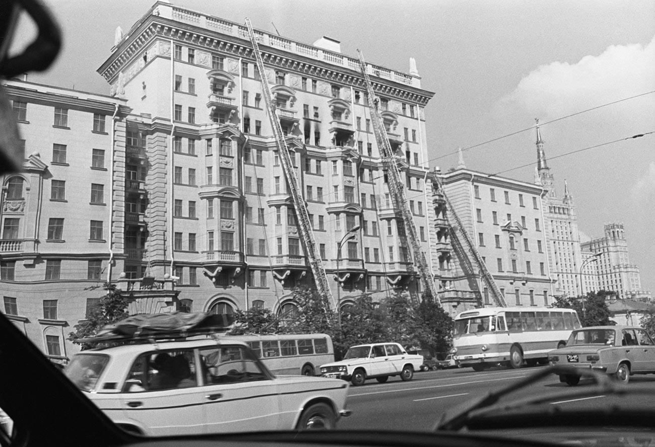 Más y más camiones de bomberos se acercaron y los bomberos colocaron escaleras contra el edificio en llamas. Embajada de Estados Unidos en Moscú, agosto de 1977.