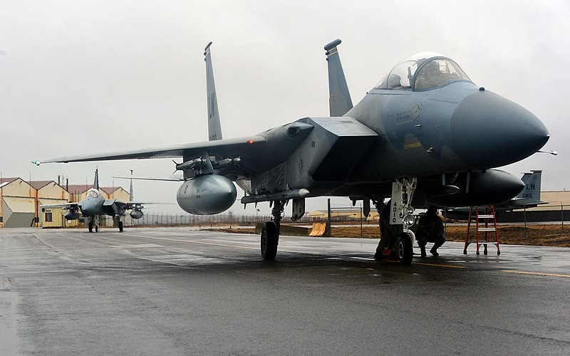 Dos aviones de combate F-15C Eagle del 871º Escuadrón Expedicionario Aéreo de EE UU llegan al Aeropuerto Internacional de Keflavik. Islandia, 2015.