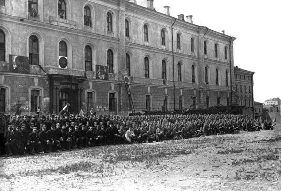 Cadets de l'Armée rouge après un défilé, posant devant la caserne de la garnison du Kremlin