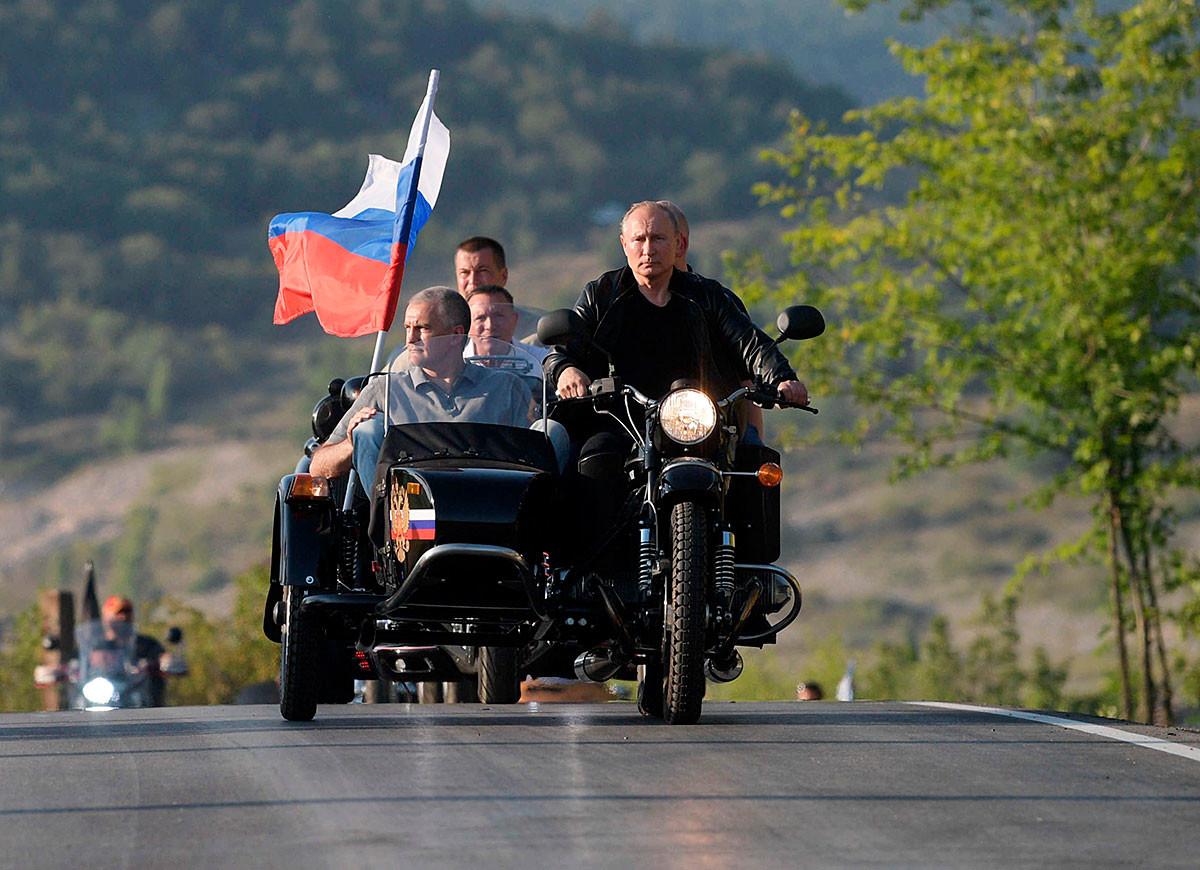 Le président russe Vladimir Poutine participe à un show de motos à Sébastopol