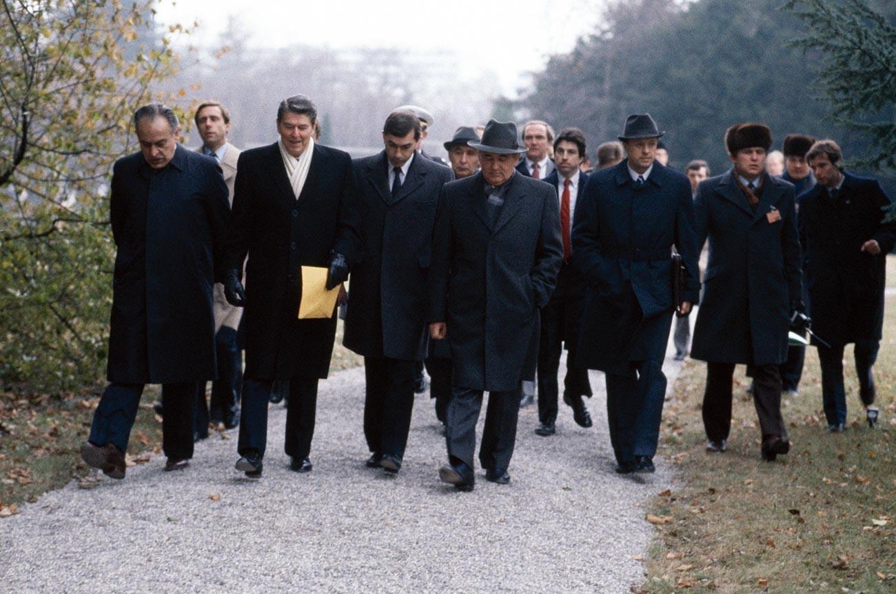 """Американскиот претседател Роналд Реган (втор одлево) и советскиот лидер Михаил Горбачов (десно во преден план) наспроти историскиот """"разговор покрај каминот"""", 19 ноември 1985 година, Женева, Швајцарија."""