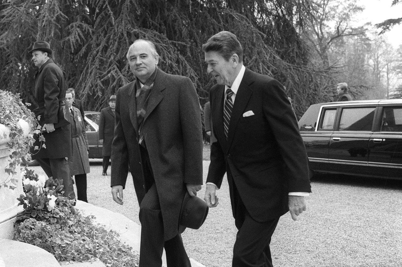 Советско-американската средба на највисоко ниво во Женева. Генералниот секретар на ЦК на КПСС Михаил Сергеевич Горбачов и претседателот на САД Роналд Реган пред почетокот на разговорите.