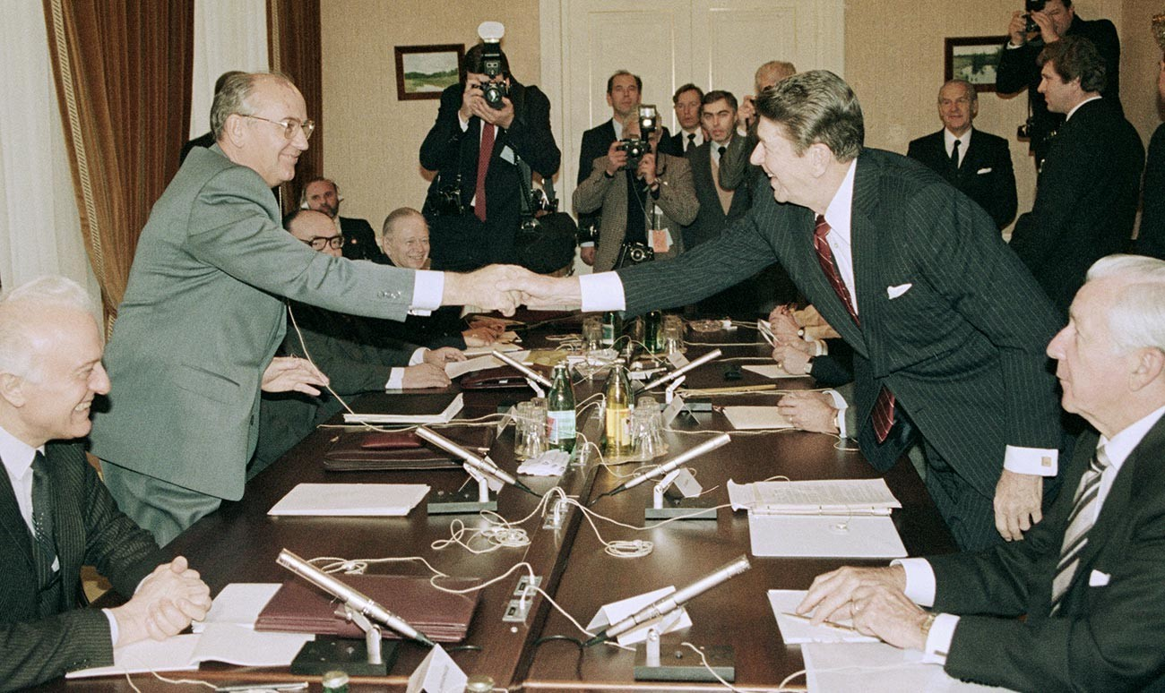 Генералниот секретар на ЦК на КПСС Михаил Горбачов и претседателот на САД Роналд Реган пред почетокот на разговорите.