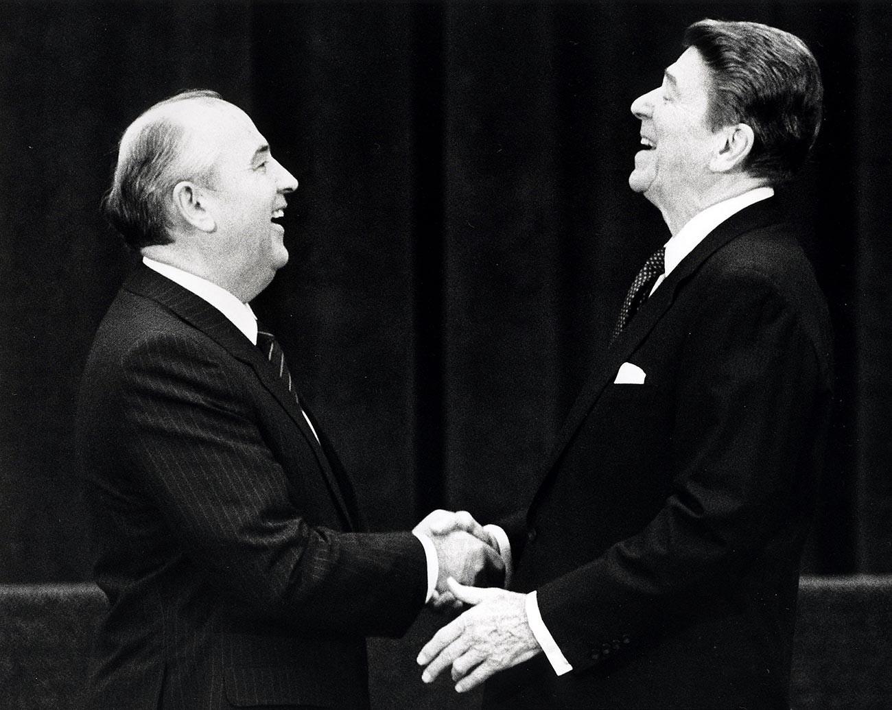 Советскиот лидер Михаил Горбачов (лево) на средба со американскиот претседател Роналд Реган во Женева, Швајцарија, 19 ноември 1985 година.