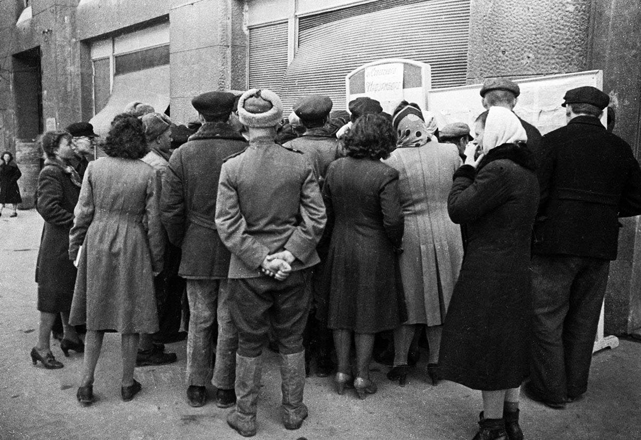 Жители на Одеса читаат весници