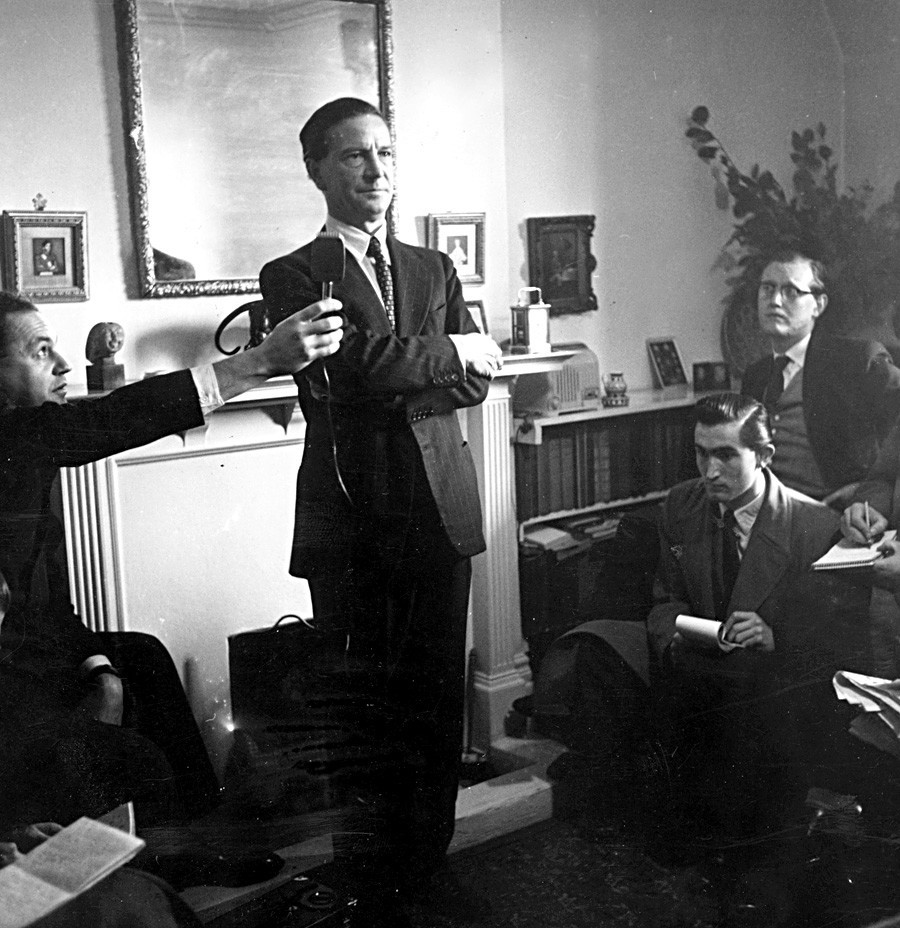 Британскиот разузнавач и советски шпион Ким Филби (Харолд Адријан Расел Филби, 1912-1988.) на прес-конференцијата кога Харолд Макмилан го ослободи од обвинението за шпионажа.