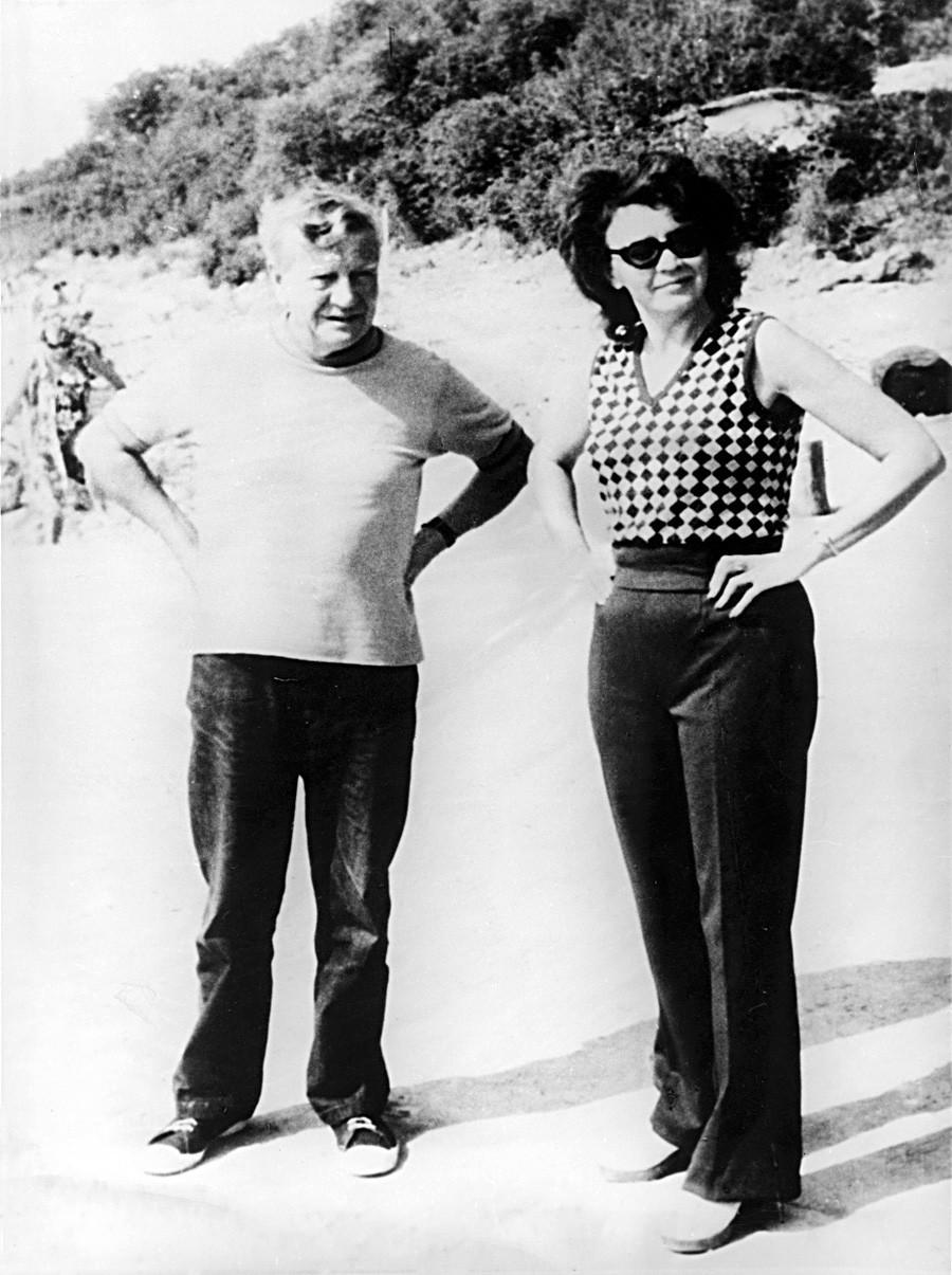 Ким Филби, британски разузнавач кој работеше како двоен агент и пребега во СССР. На фотографијата Ким Филби е на одмор со својата последна сопруга Руфина Пухова во Русија во текот на седумдесеттите години од минатиот век.