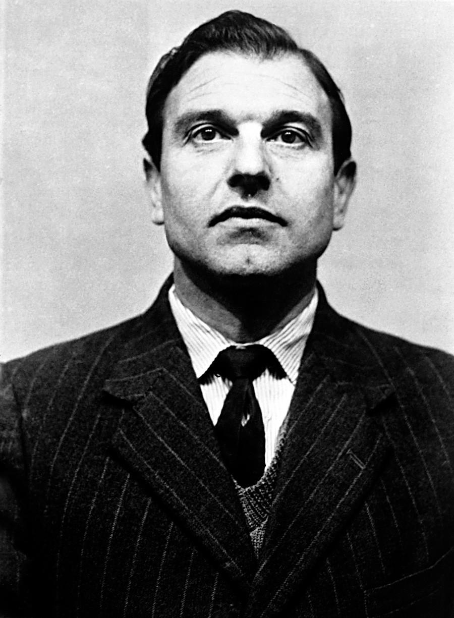 Џорџ Блејк, двоен агент кој испорачуваше тајни податоци на Русите, работејќи како британски шпион.