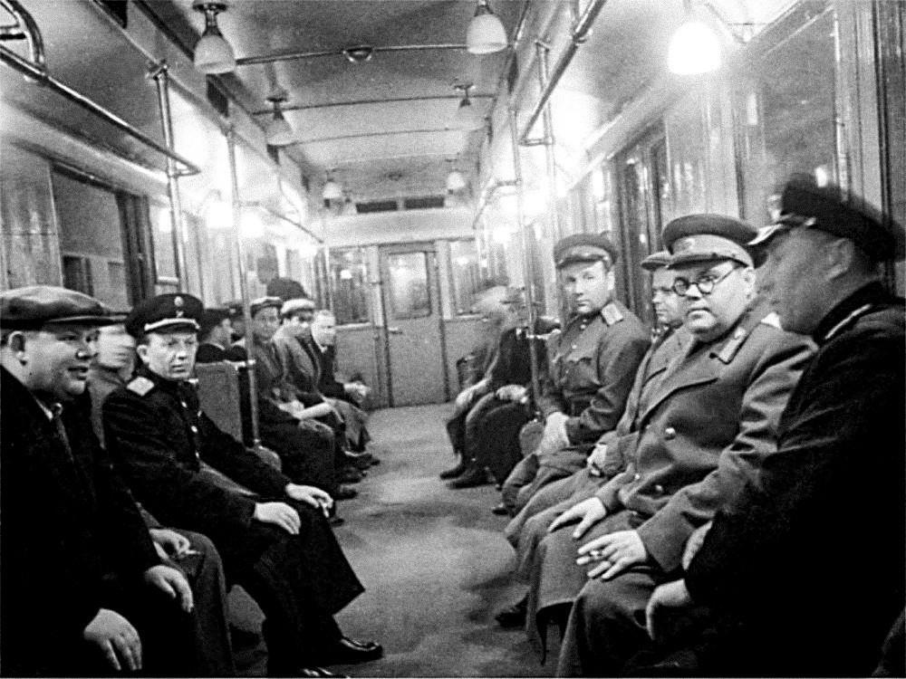 """Шчербаков (втор оддесно) на отворањето новата станица """"Електрозаводскаја"""" на московското метро, 1944 година."""