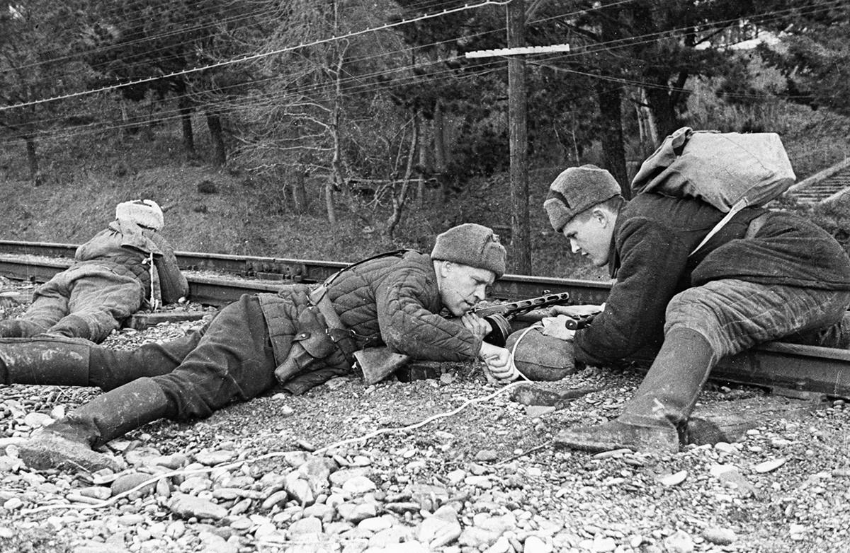 Партизанско движење во Крим за време на Големата татковинска војна 1941-1945. Партизани поставуваат експлозив под праговите на железничката пруга.