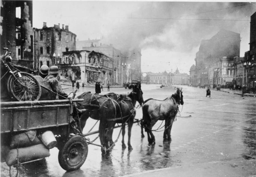 """Харков, Плоштад """"Роза Луксембург"""" што фашистите го окупирале на 11 ноември 1941 година. Поглед од Пролетерскиот плоштад."""