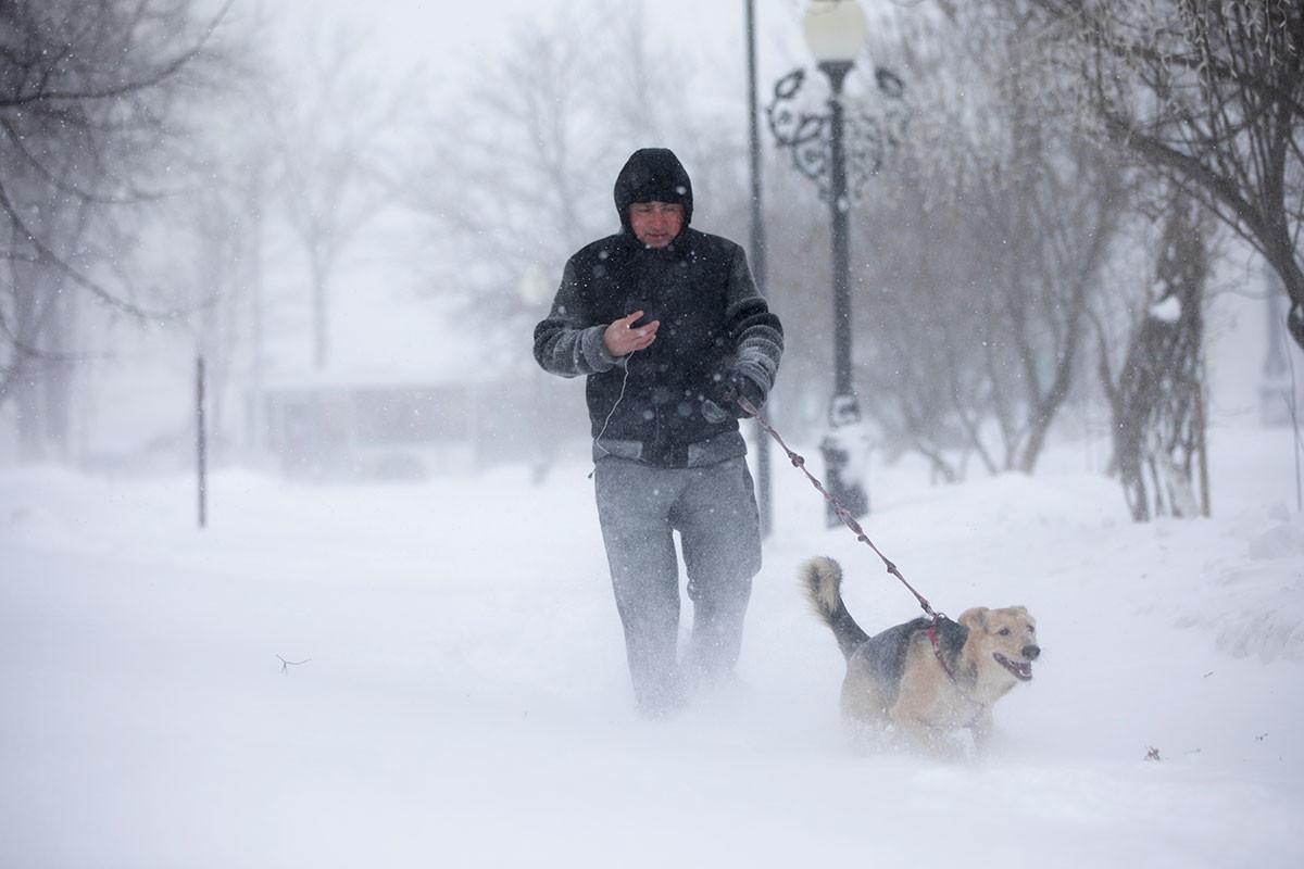 Badai salju di Yuzhno-Sakhalinsk.