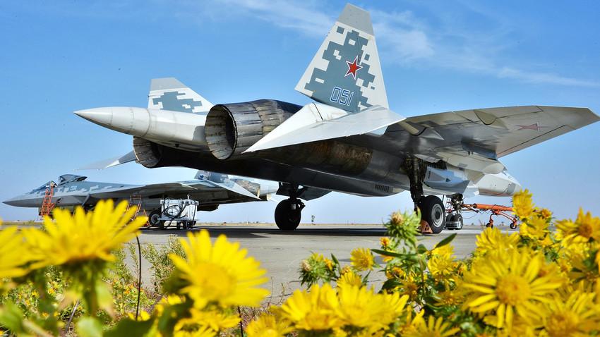 """Повеќенаменски ловец од петтата генерација Су-57 во 929 Државен центар за тестирање летови на Министерството за одбрана на РФ """"Чкалов"""" во Ахтубинск."""