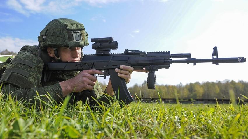 """Војник са аутоматом """"Калашњиков"""" АК-12 током демонстрације нове борбене опреме """"Ратник"""" на полигону Алабино у Климовску."""