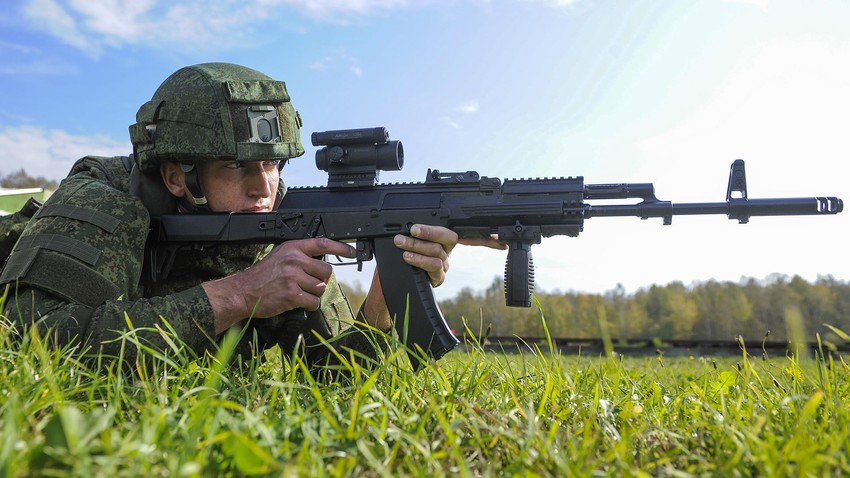 """Vojnik s automatom """"Kalašnjikov"""" AK-12 tijekom demonstracije nove borbene opreme """"Ratnik"""" na poligonu Alabino u Klimovsku."""