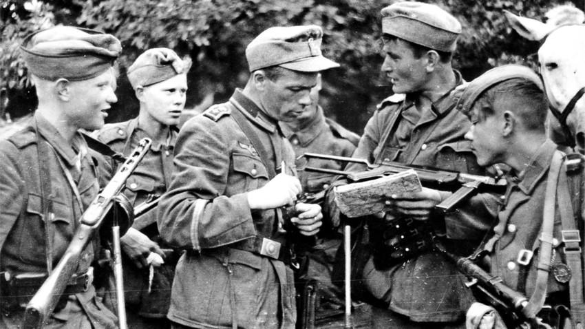 Војници Руске ослободилачке народне армије (РОНА) добијају задатак од штабног наредника Вермахта.