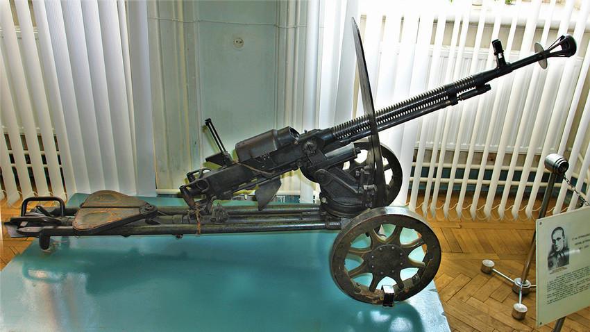DŠK 1938, teški mitraljez velikog kalibra (12,7 mm) s postoljem.