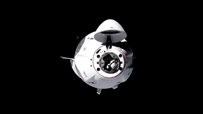 Svemirska letjelica SpaceX Crew Dragon s posadom približava se Međunarodnoj svemirskoj stanici.