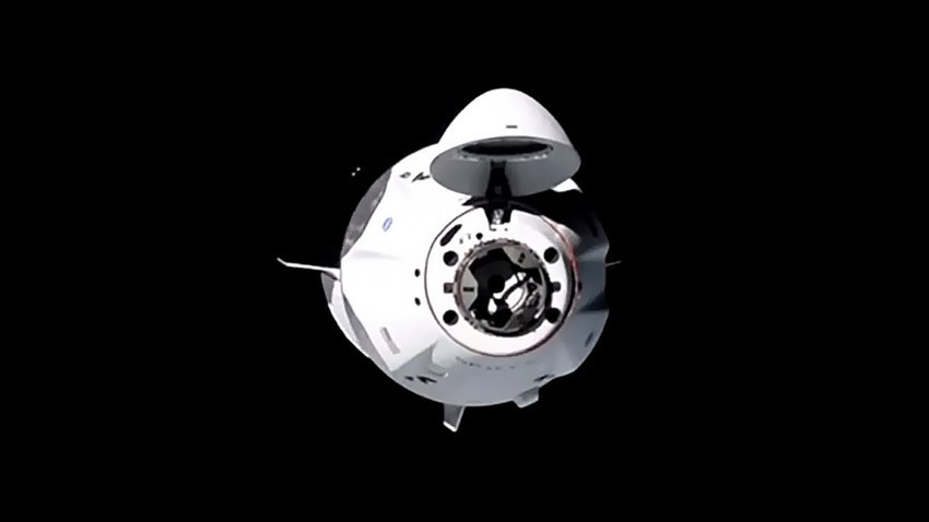 Космическият кораб на SpaceX Crew Dragon се приближава към Международната космическа станция.