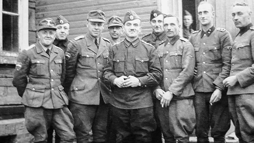 Coronel Constantine Kromiadi (Centro), Vladímir Gil (a su lado), y oficiales de la Brigada Druzhina.