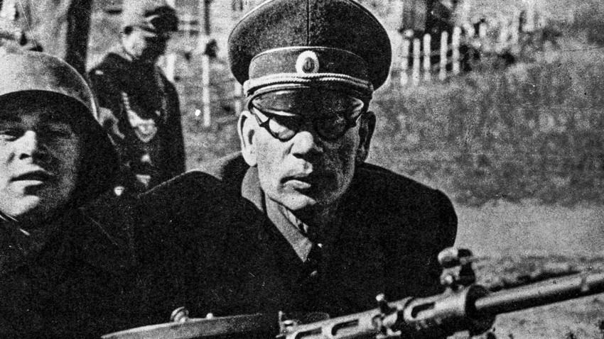 Seconda guerra mondiale. Il generale sovietico Andrej Vlasov durante le manovre di addestramento dei volontari russi, 1943