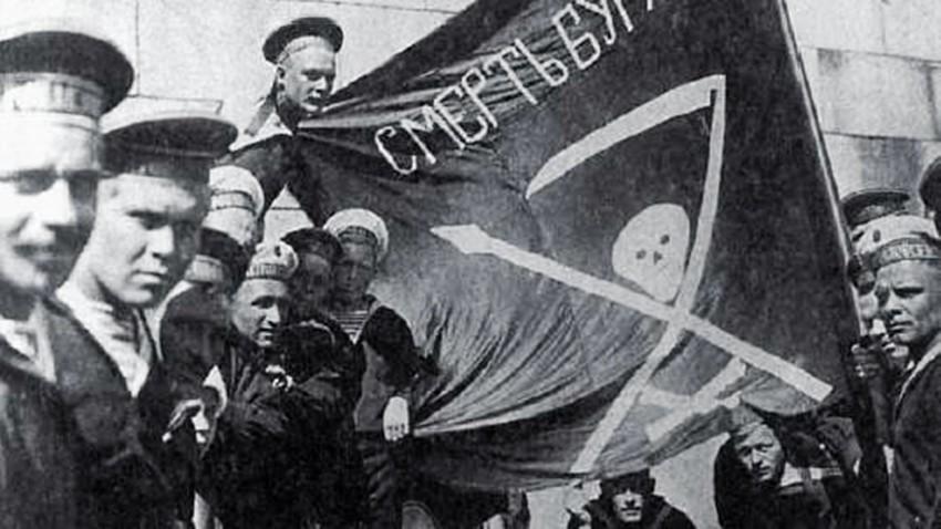 Pelaut dari kapal perang Petropavlovsk di Helsingfors (Helsinki) pada 1917.