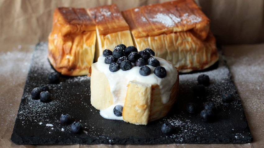 Lovers of cheesecake-style desserts will be in heaven with this low-calorie Russian tvorog dish!