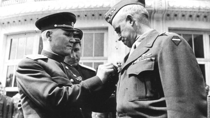 Marsekal Ivan S. Koniev, Komandan Grup Angkatan Darat Ukraina ke-1 (kiri), menyerahkan Orde Suvorov kepada Jenderal Omar N, Bradley, Komandan Grup Angkatan Darat AS ke-12, di Bad Wildungen (Jerman), 17 Mei 1945.