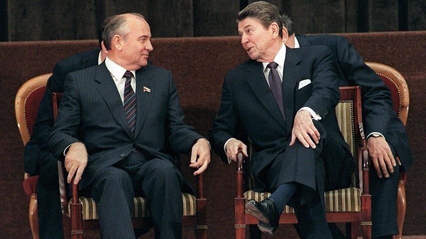 Presiden AS Ronald Reagan (kanan) dan Sekretaris Jenderal Partai Komunis Uni Soviet Mikhail Gorbachev.