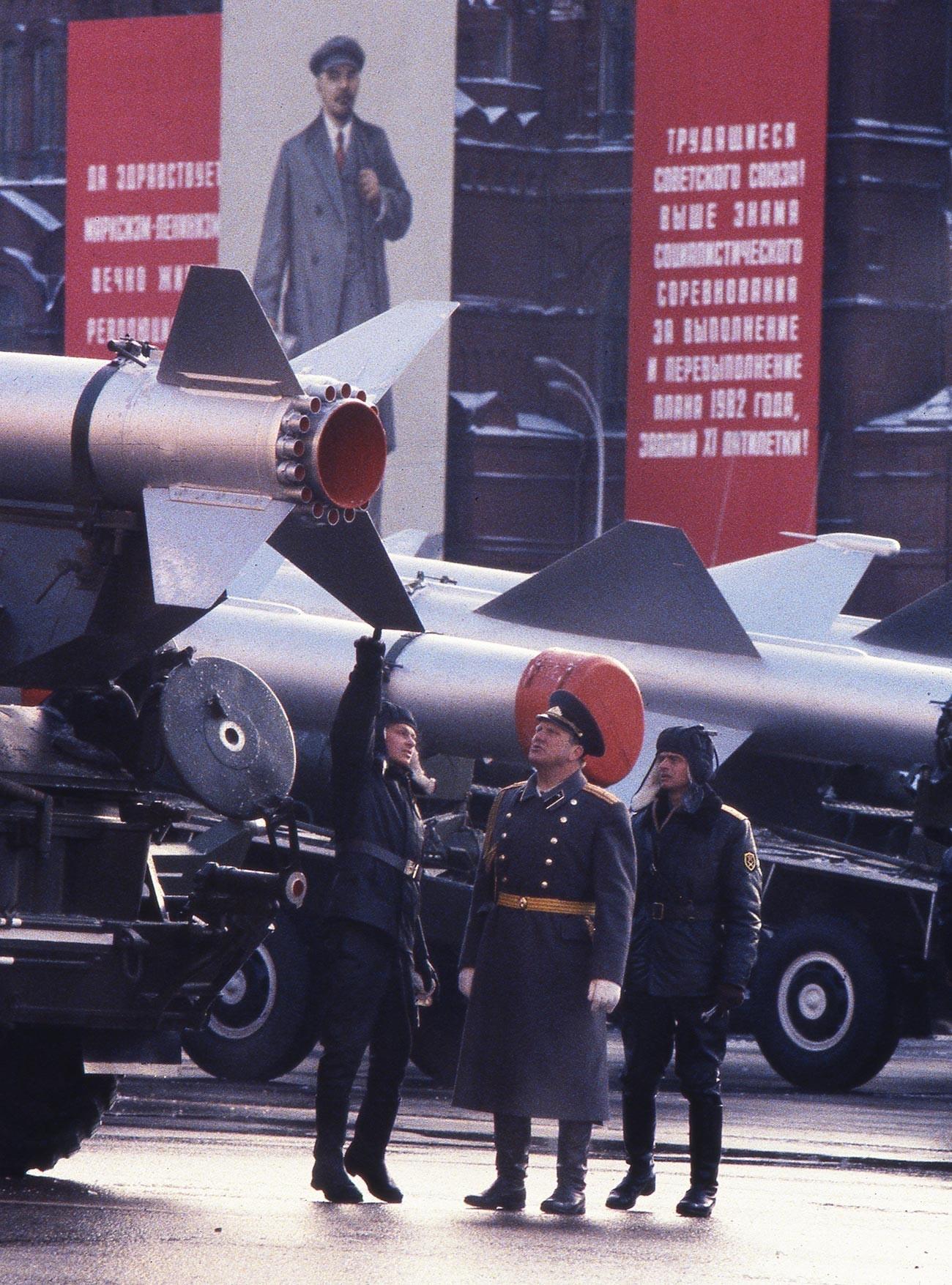 Офицери со војници под ракета која може да носи нуклеарна боева глава пред почетокот на парадата на Црвениот плоштад по повод 65-годишнината од Октомвриската револуција.