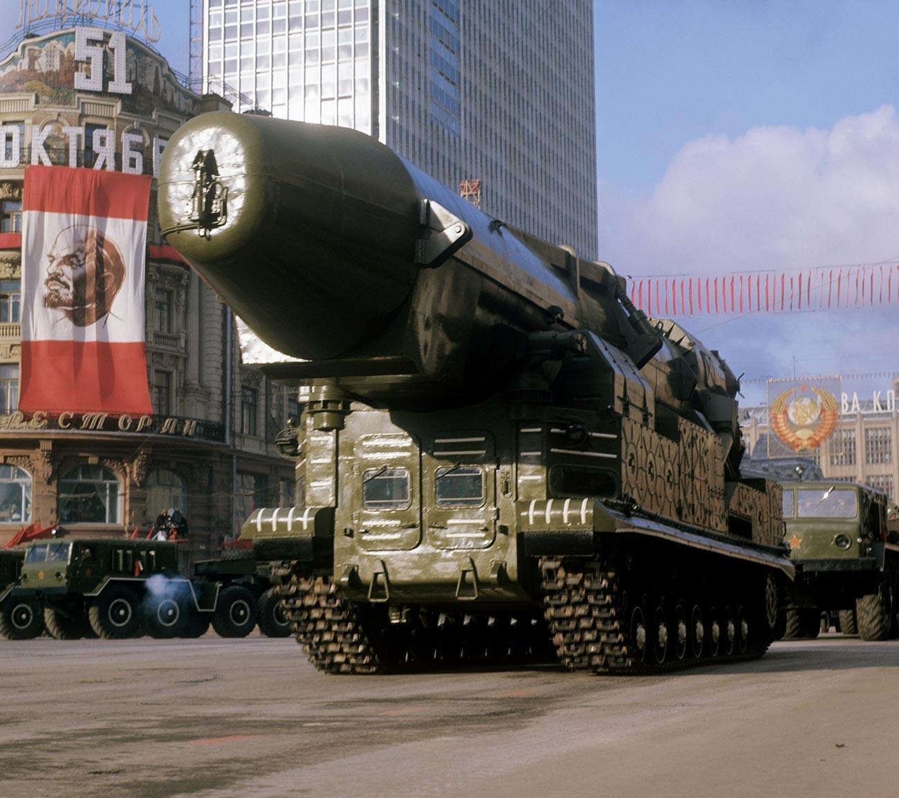 Балистички ракети пред почетокот на воената парада по повод 51-годишнината од Октомвриската револуција.