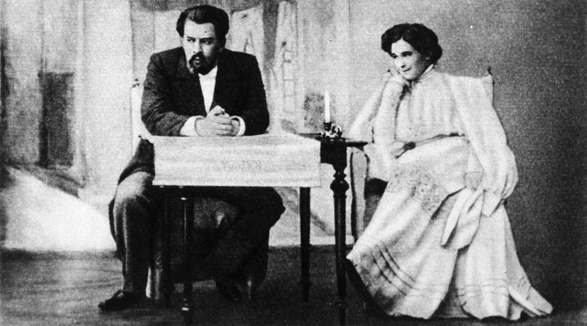 Konstantin Stanislavskij nel ruolo di Astrov e Olga Knipper in quello di Elena Andreevna nella rappresentazione teatrale de