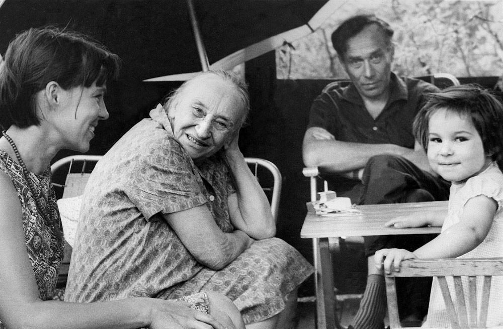 Elena Pasternak, Nadezhda Yakovlevna, Evgenij Borisovich Pasternak, Liza Pasternak. Peredelkino, 1969