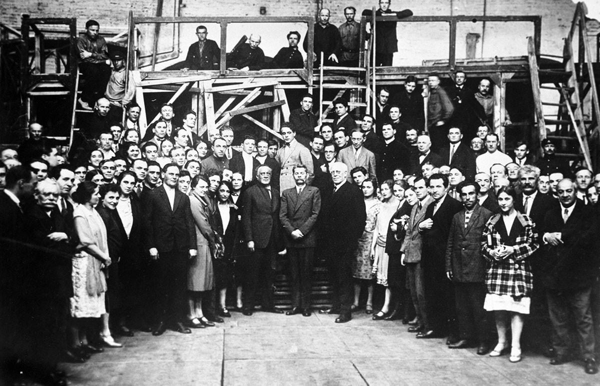 Vasilij Kačalov, Maksim Gorki in Konstantin Stanislavski z igralci Moskovskega gledališča.