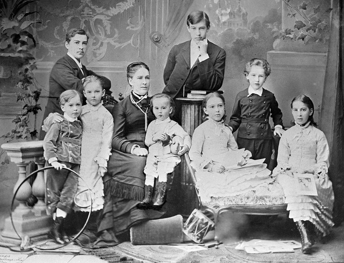 Constantin, debout, au centre de sa famille, en 1879