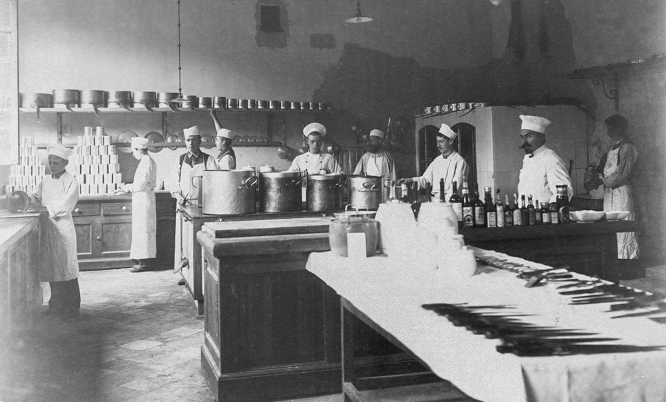 裕福な家の台所、1897年