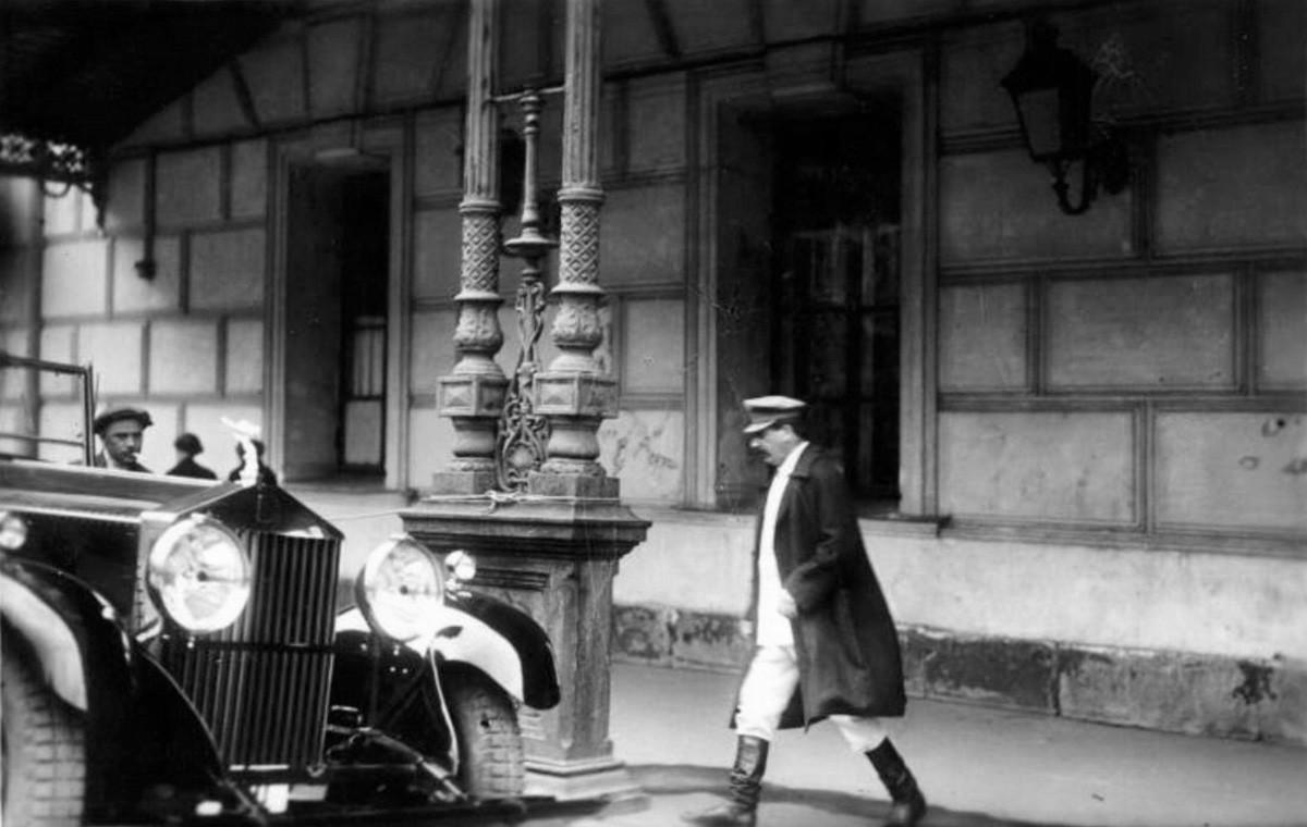 """Stalin esce dal Teatro Bolshoj in occasione del XVI congresso del """"Partito Comunista di tutta l'Unione (dei bolscevichi)"""" che si tenne dal 26 giugno al 13 luglio 1930"""