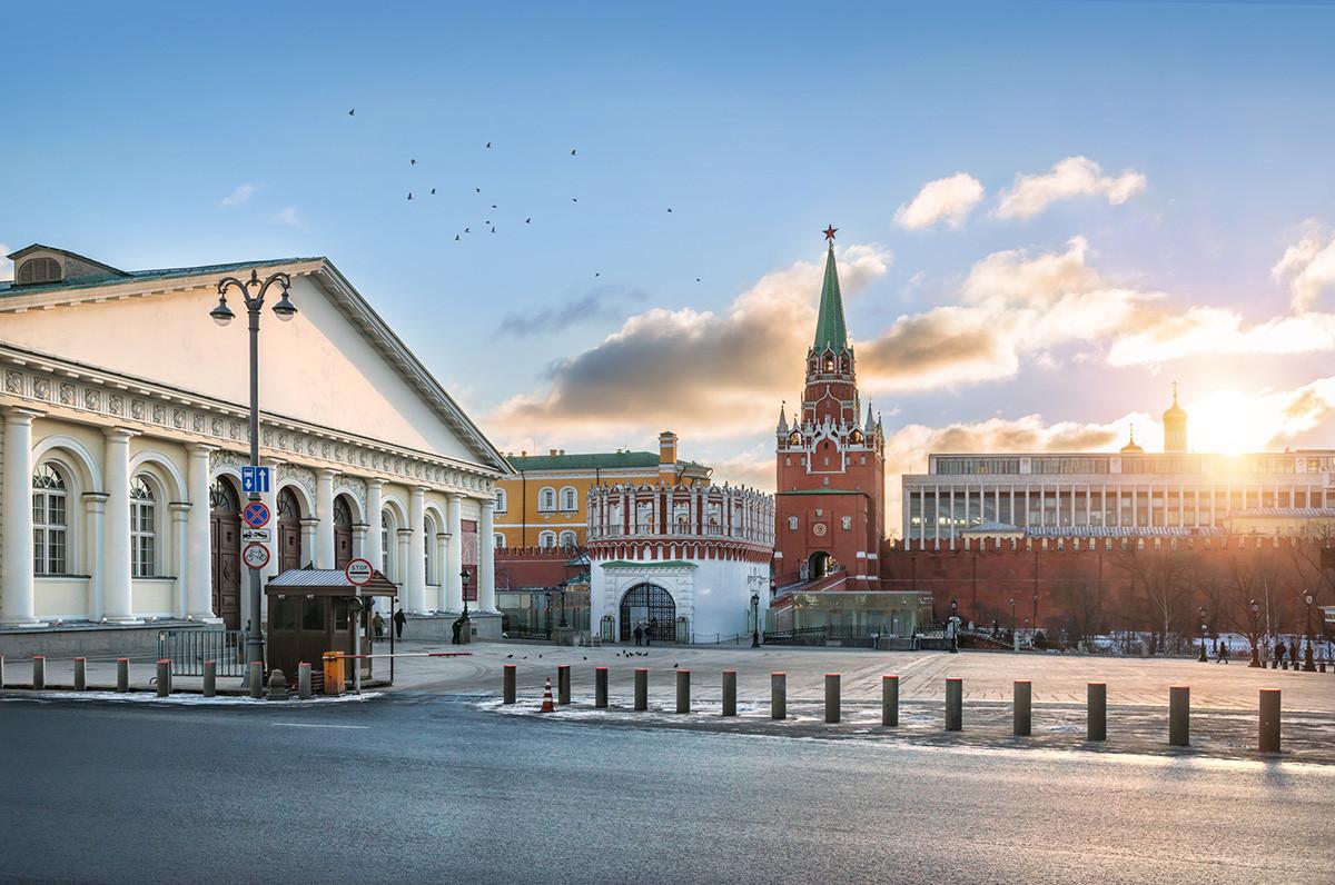La Torre Troitskaja (della Trinità) e il Palazzo dei Congressi da Manezhnaja ulitsa (via del Maneggio