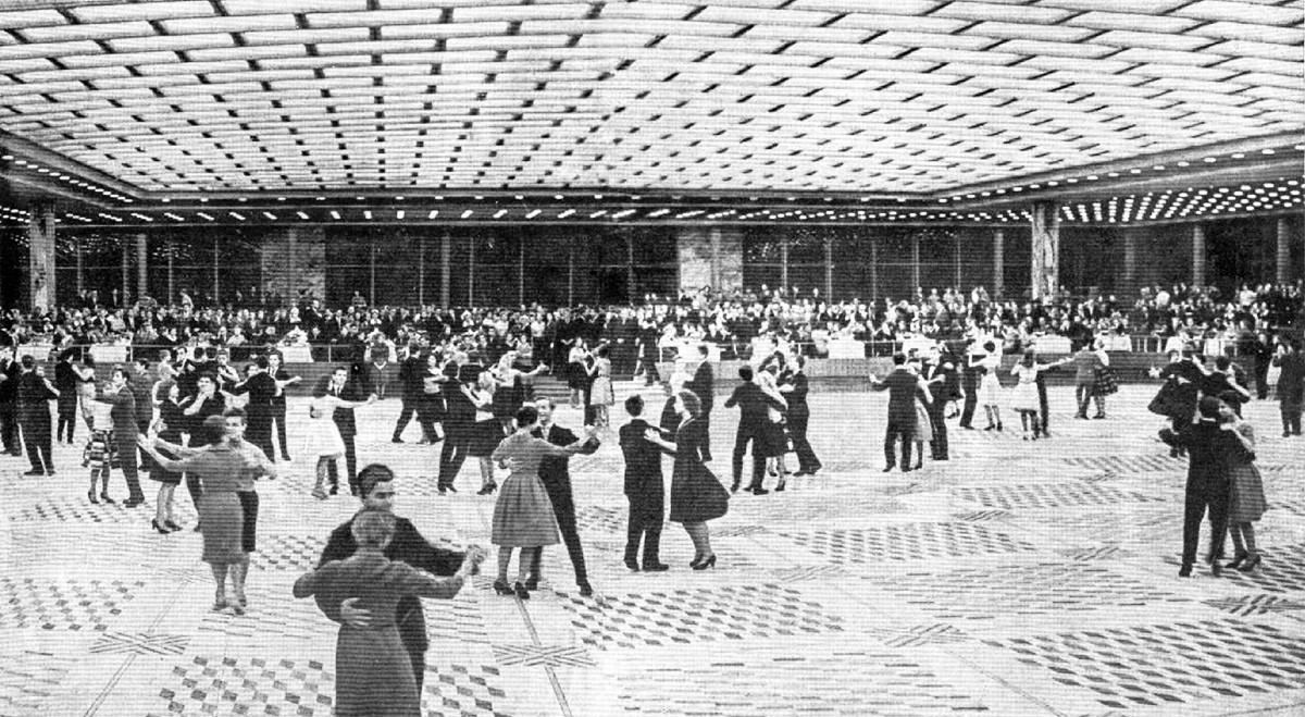 Un ballo di gala nel buffet del Palazzo dei Congressi