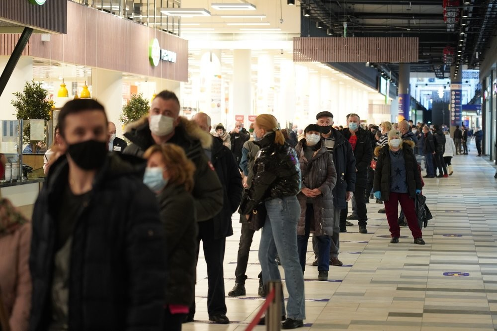 File d'attente pour le point de vaccination au centre commercial Salaris, à Moscou