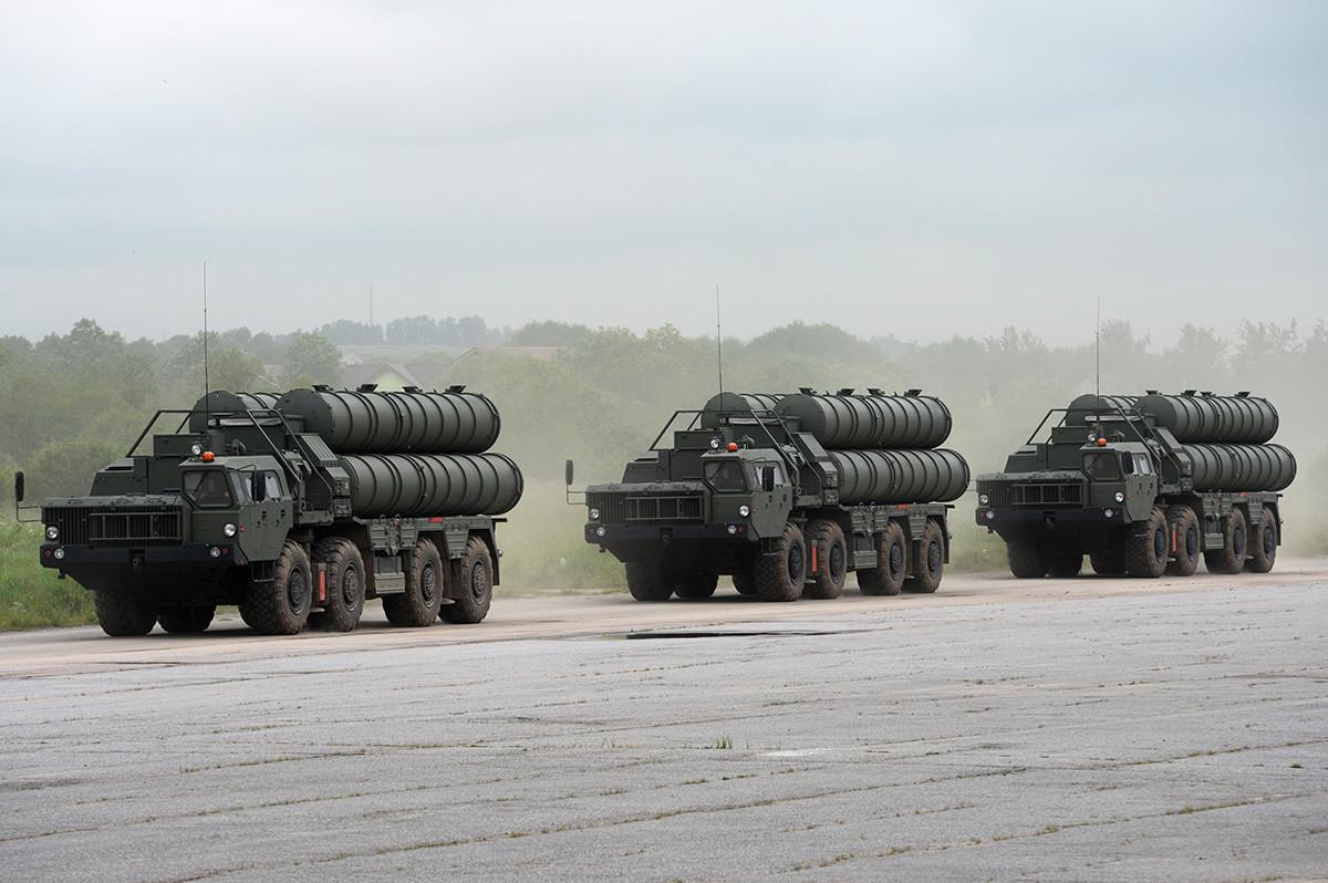 """Заштитниот ракетен систем С-400 """"Триумф"""" во механизираната колона на единиците на Западниот воен округ на пробата за пробата за парадата по повод 75-годишнината од Победата во Големата татковинска војна на воениот полигон во Горелово, Ленинградска област."""