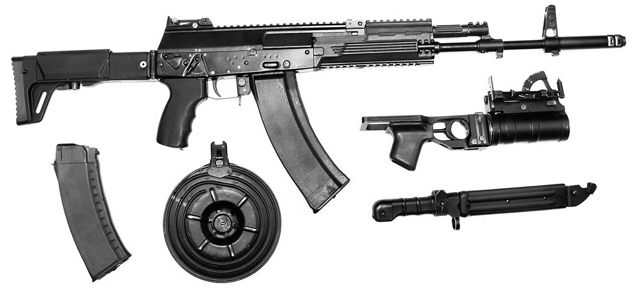 """Нови """"Калашњиков"""" АК-12 из 2012. године који је направио концерн """"Ижмаш"""". Прототип са могућим варијантама оквира и додатне опреме."""