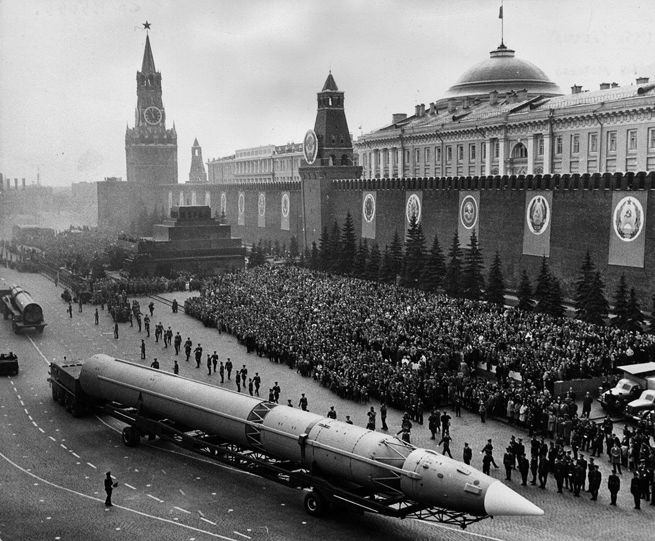 Rudal antarbenua Soviet melintasi Lapangan Merah, Moskow, selama parade militer yang memperingati 20 tahun berakhirnya Perang Dunia II.