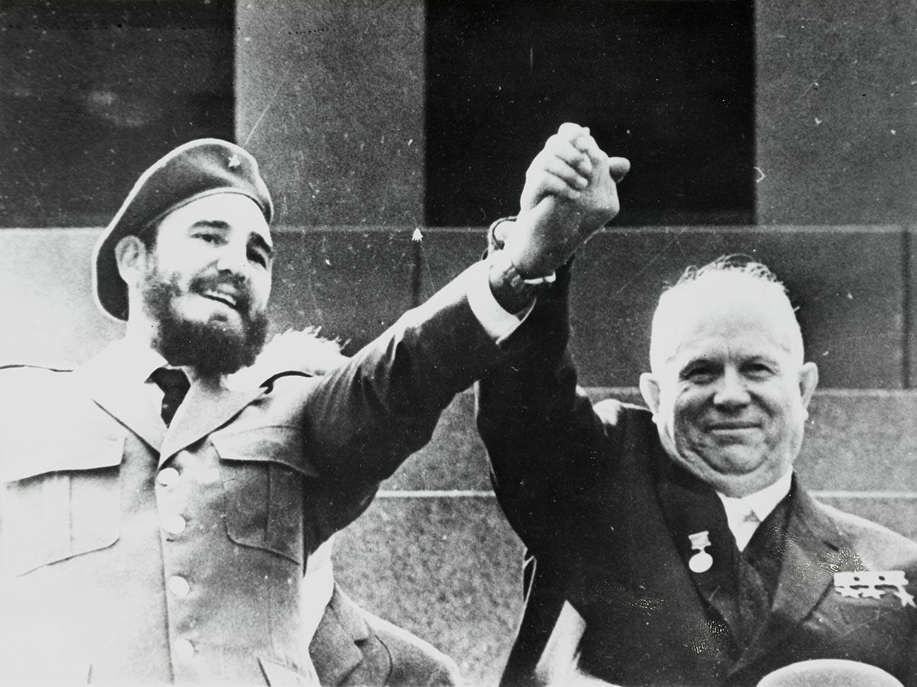 Nikita Khrushchev dan Fidel Castro selama menonton Parade Hari Buruh di Lapangan Merah, Moskow.