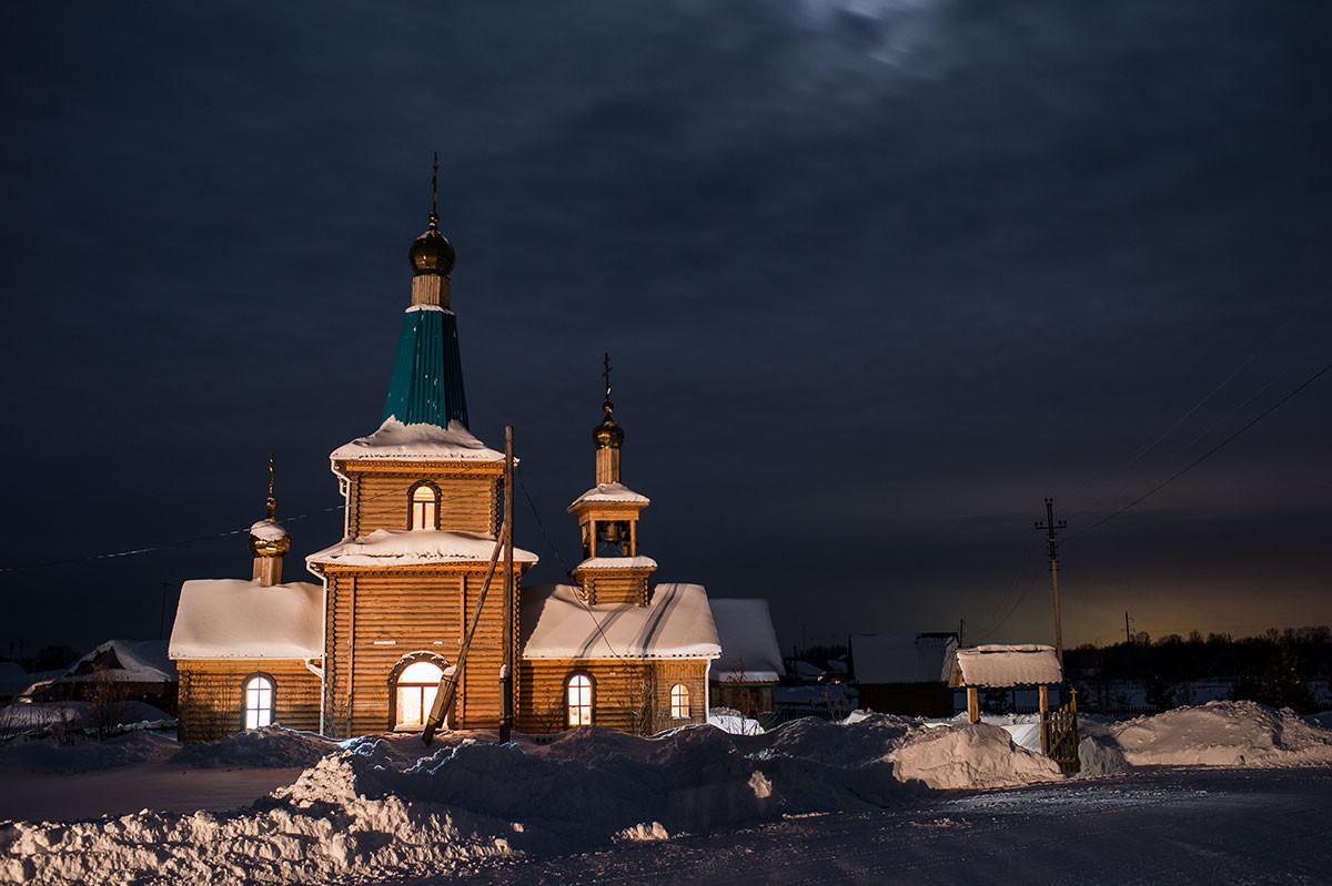 シベリア、オムスク州のエルマコフカ村と木造教会