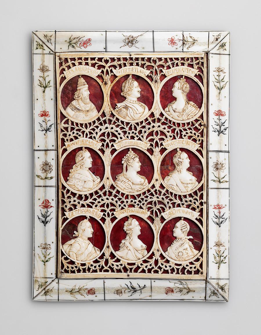 Plaque avec les portraits de tsars russes. Dernier quart du XVIIIe siècle, défense de morse