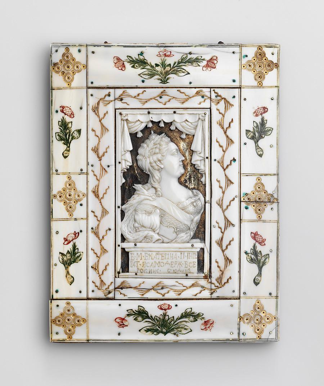 Plaque avec le portrait de Catherine II. Dernier quart du XVIIIe siècle, défense de morse