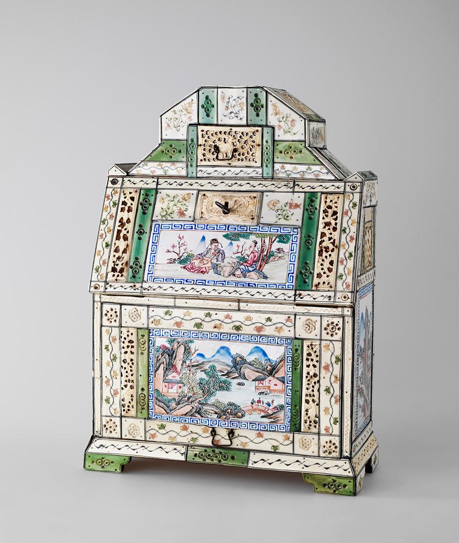 Cabinet de table. Première moitié du XVIIIe siècle, défense de morse