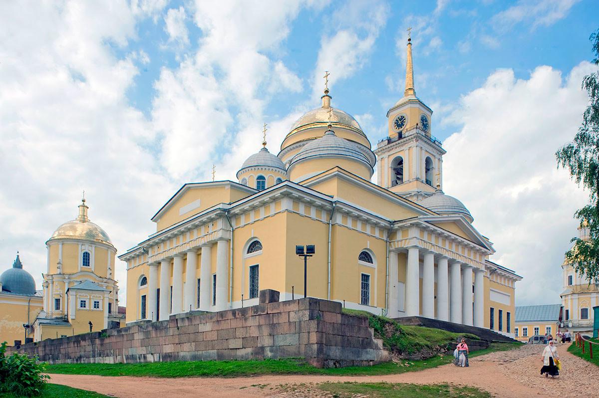 Богоявленската катедрала, изглед на североизток. Вляво: Църквата